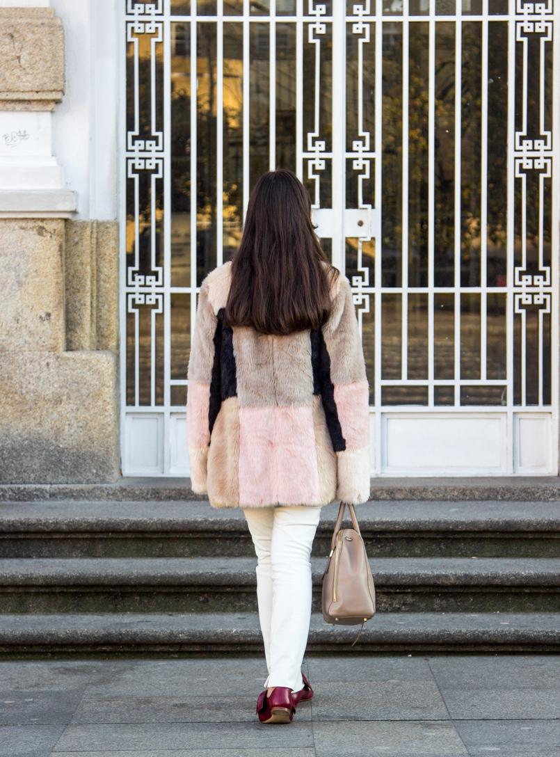 Le Fashionaire A amizade acaba? blogueira catarine martins casaco rosa bege pelos asos mala furla twiggy bege calcas brancas zara sapatos vermelhos bicudos pele zara 4717 PT 805x1088
