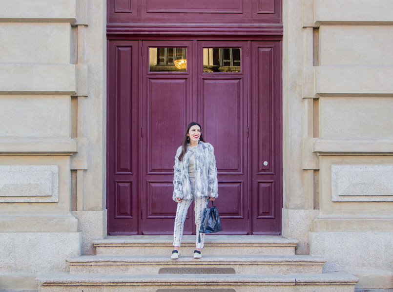 Le Fashionaire Como dizer não à procrastinação blogueira catarine martins moda inspiracao casaco pelos cinzento branco sfera calcas brancas flamingos estampados azuis 4314 PT 805x598