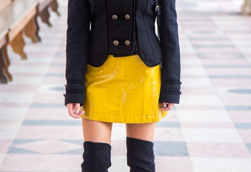 Le Fashionaire Tendência: amarelo blogueira catarine martins moda inspiracao saia amarela vinil tendencia sfera casaco preto la militar zara botas acima joelho pretas stradivarius 1005 PT 805x553