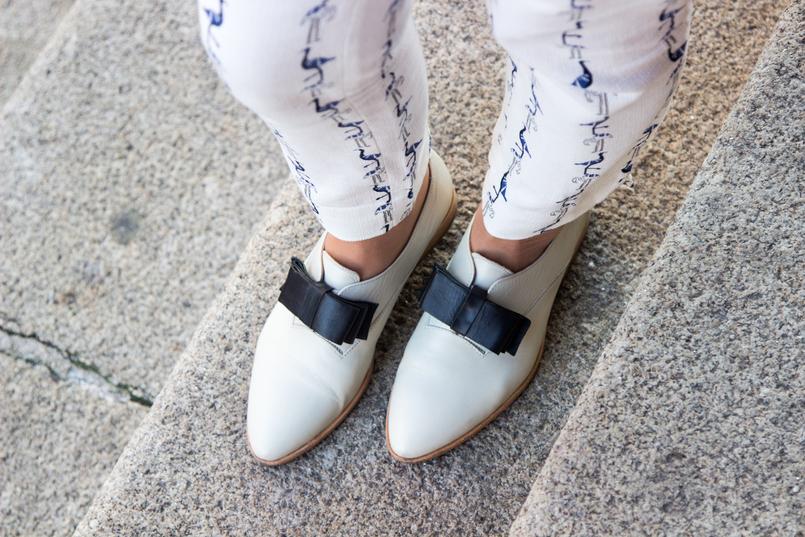 Le Fashionaire Como dizer não à procrastinação calcas brancas flamingos estampados azuis sapatos brancos laco azul estilo masculino monk eureka camisola branca caxemira mango anel pedra marmore hm 4353 PT 805x537