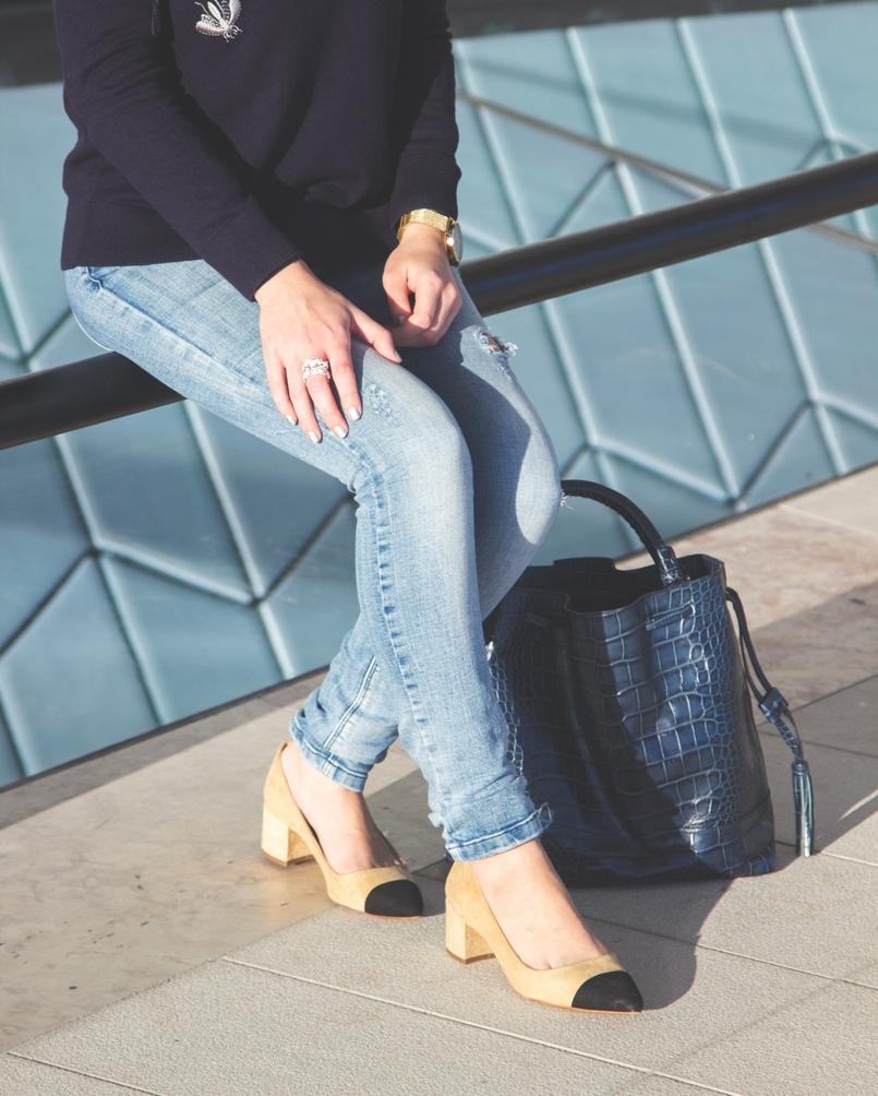 Le Fashionaire MAAT calcas ganga azuis claras rasgao sfera sapatos pretos brancos camurca estilo chanel zara mala pele azul escura crocodilo zara 3254 PT 805x1004