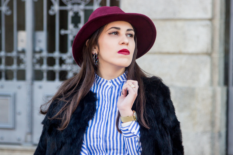 Le Fashionaire Porto, aos folhos camisa folhos riscas branca azul shein brincos argola cristais pretos vermelhos swarovski casaco preto pelos tendencia sfera 4388 PT 805x537