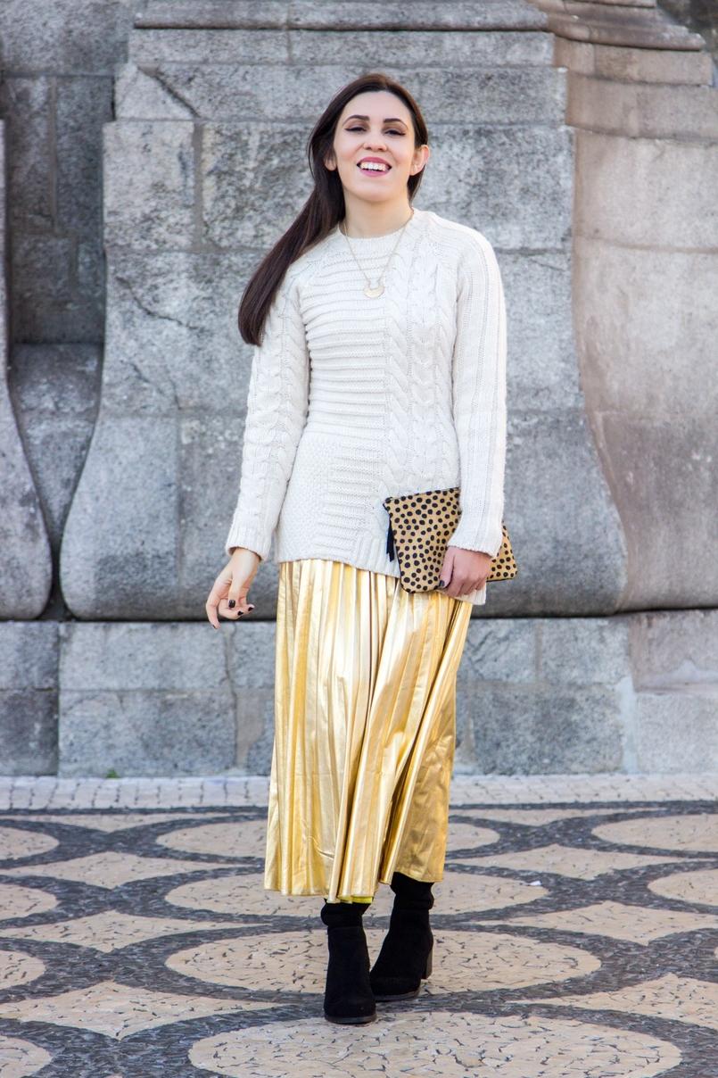 Le Fashionaire Idade de ouro camisola branca la trancas mango colar dourado meia lua lefties saia metalizada dourada plissada shein botas acima joelho pretas stradivarius 2539 PT 805x1208