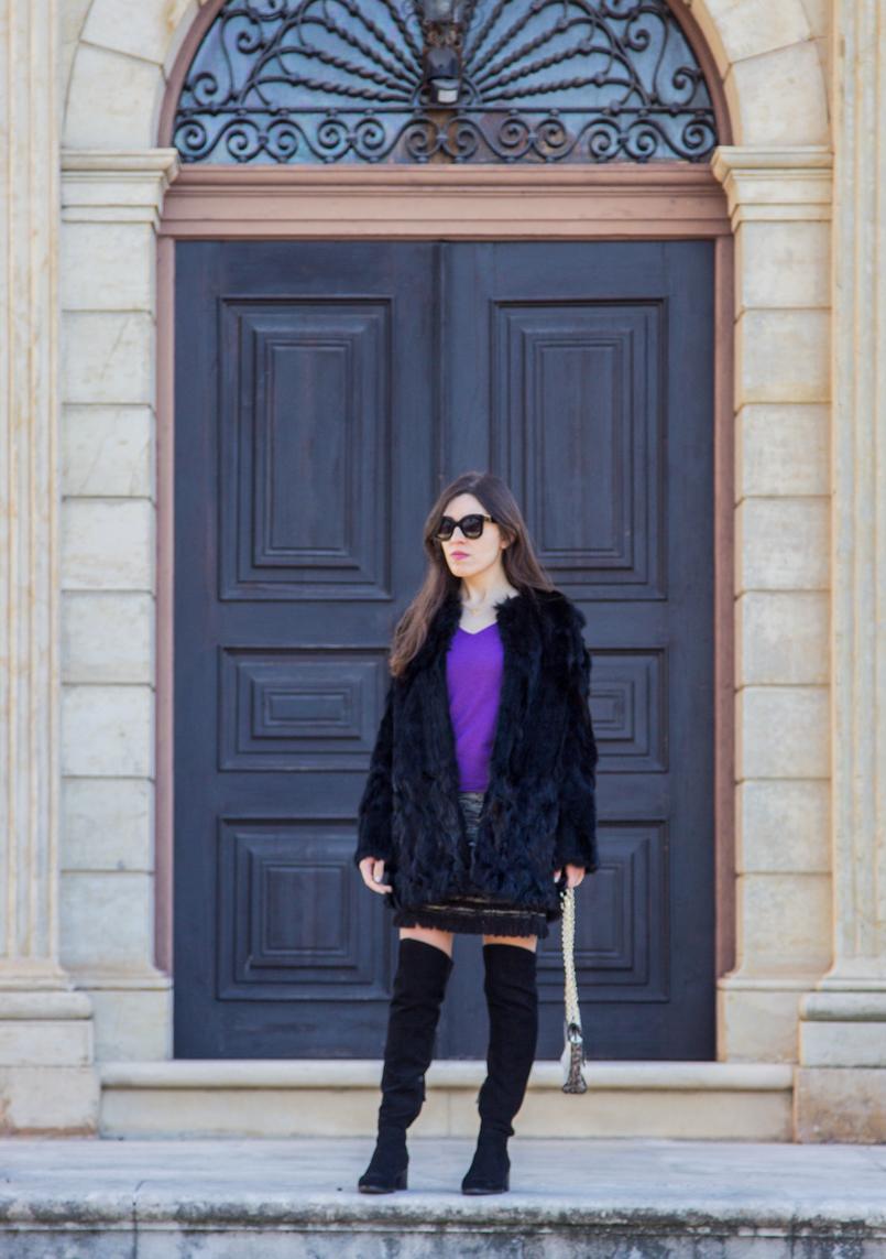 Le Fashionaire Must have de inverno: o casaco de pelos camisola caxemira roxa massimo dutti decote v botas pretas acima joelho stradivarius casaco pelos preto sfera oculos sol celine pretos massa 3074 PT 805x1143