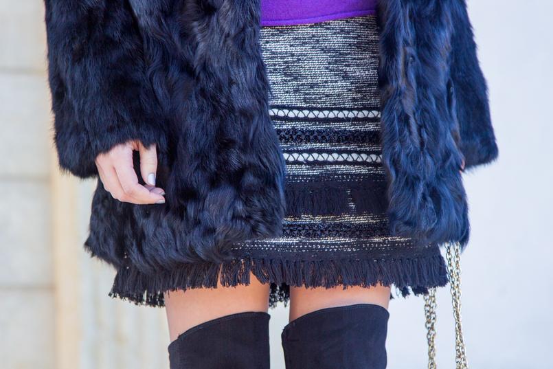 Le Fashionaire Must have de inverno: o casaco de pelos camisola caxemira roxa massimo dutti decote v saia tweed preto branco franjas hm botas pretas acima joelho stradivarius casaco pelos preto sfera 3084 PT 805x537