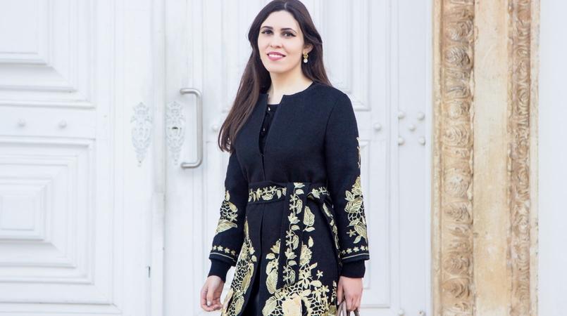 Le Fashionaire What are dreams made of? casaco preto sobretudo bordado flores douradas cinto shein camisola preta atilhos brincos prata dourada perola branca 2840F EN 805x450