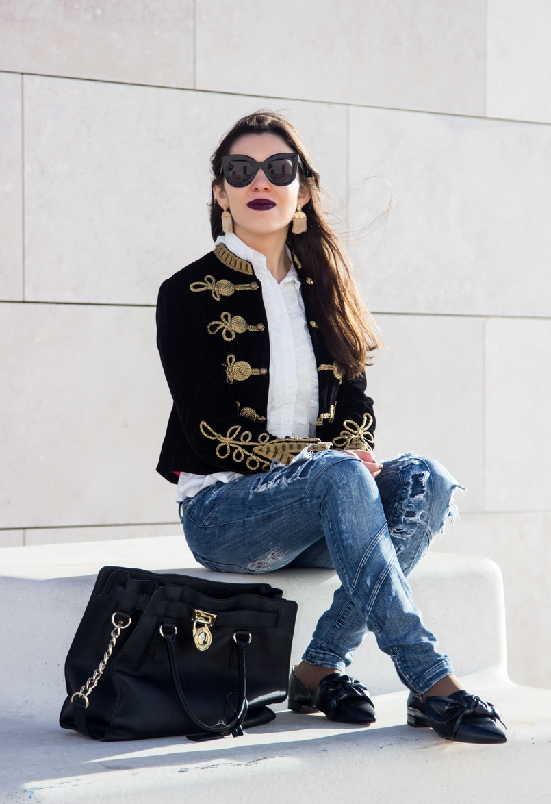 Le Fashionaire A matter of perspective denim ripped bershka jeans black bow zara pointy flats gold fringes hm earrings celine black big sunnies 2174 EN 805x1174
