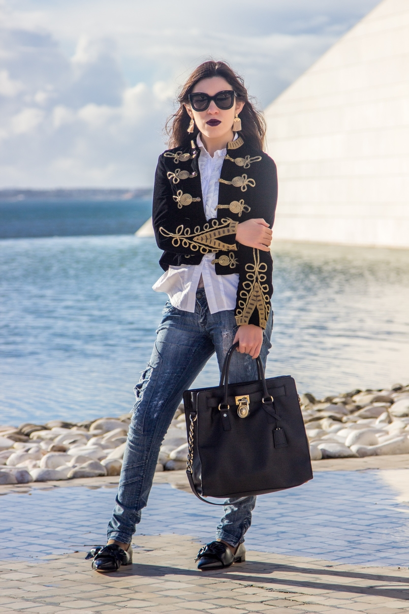 Le Fashionaire A matter of perspective fashion inspiration military embroidered velvet dark blue gold zara jacket denim ripped bershka jeans black leahter hamilton michael kors bag 2205 EN 805x1208