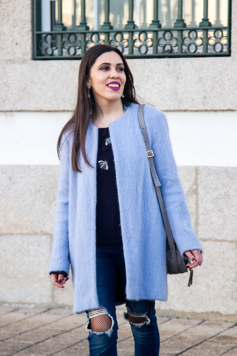 Le Fashionaire The candy cotton blue coat fashion inspiration pale blue candy cotton zara wool coat dark blue bee bug wool uterque knit sweater denim blue ripped zara jeans fishnets black 4019 EN 805x1208