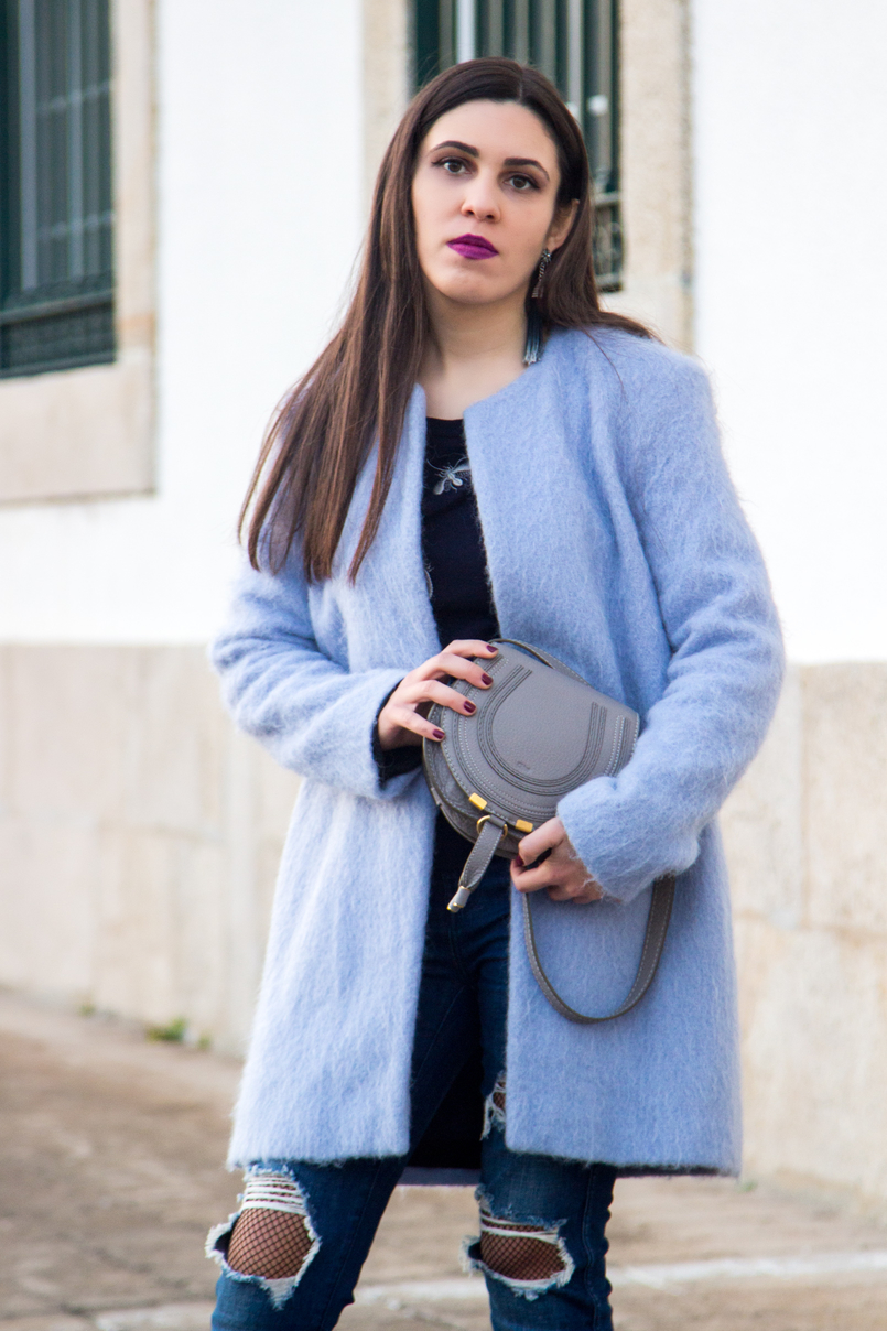 Le Fashionaire The candy cotton blue coat fashion inspiration pale blue candy cotton zara wool coat dark blue bee bug wool uterque knit sweater denim blue ripped zara jeans fishnets black 4058 EN 805x1208