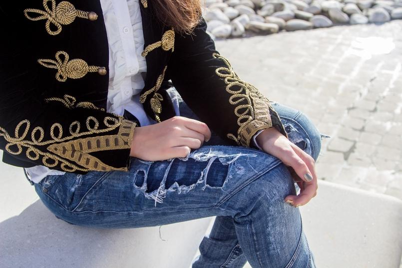 Le Fashionaire A matter of perspective military embroidered velvet dark blue gold zara jacket white ruffles americo tavar shirt denim ripped bershka jeans 2175 EN 805x537