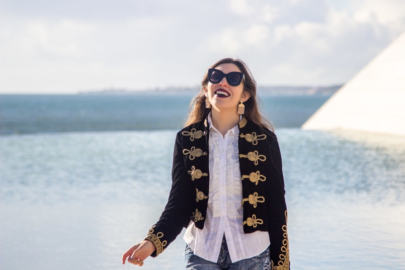 Le Fashionaire A matter of perspective military embroidered velvet dark blue gold zara jacket white ruffles americo tavar shirt gold fringes hm earrings celine black big sunnies 2195 EN 805x537
