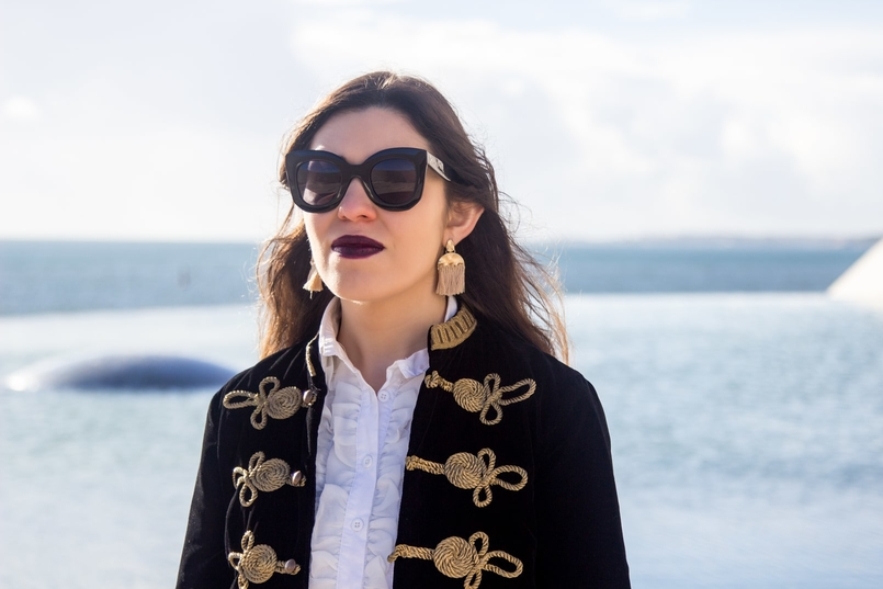 Le Fashionaire A matter of perspective military embroidered velvet dark blue gold zara jacket white ruffles americo tavar shirt gold fringes hm earrings celine black big sunnies 2231 EN 805x537