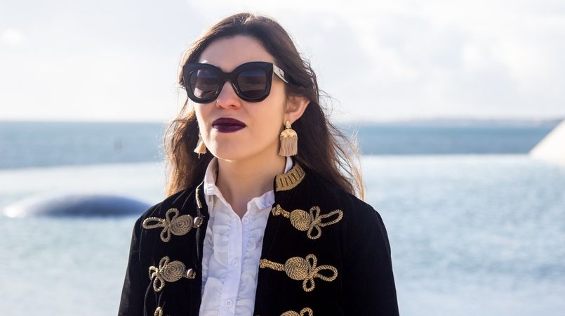 Le Fashionaire A matter of perspective military embroidered velvet dark blue gold zara jacket white ruffles americo tavar shirt gold fringes hm earrings celine black big sunnies 2231F EN 805x450