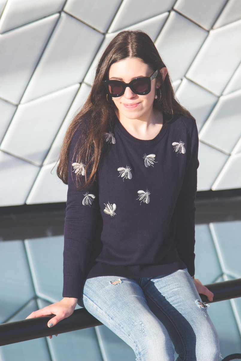 Le Fashionaire MAAT moda inspiracao camisola insetos abelhas azul cinzenta uterque calcas ganga azuis claras rasgao sfera oculos sol pretos massa celine 3259 PT 805x1208