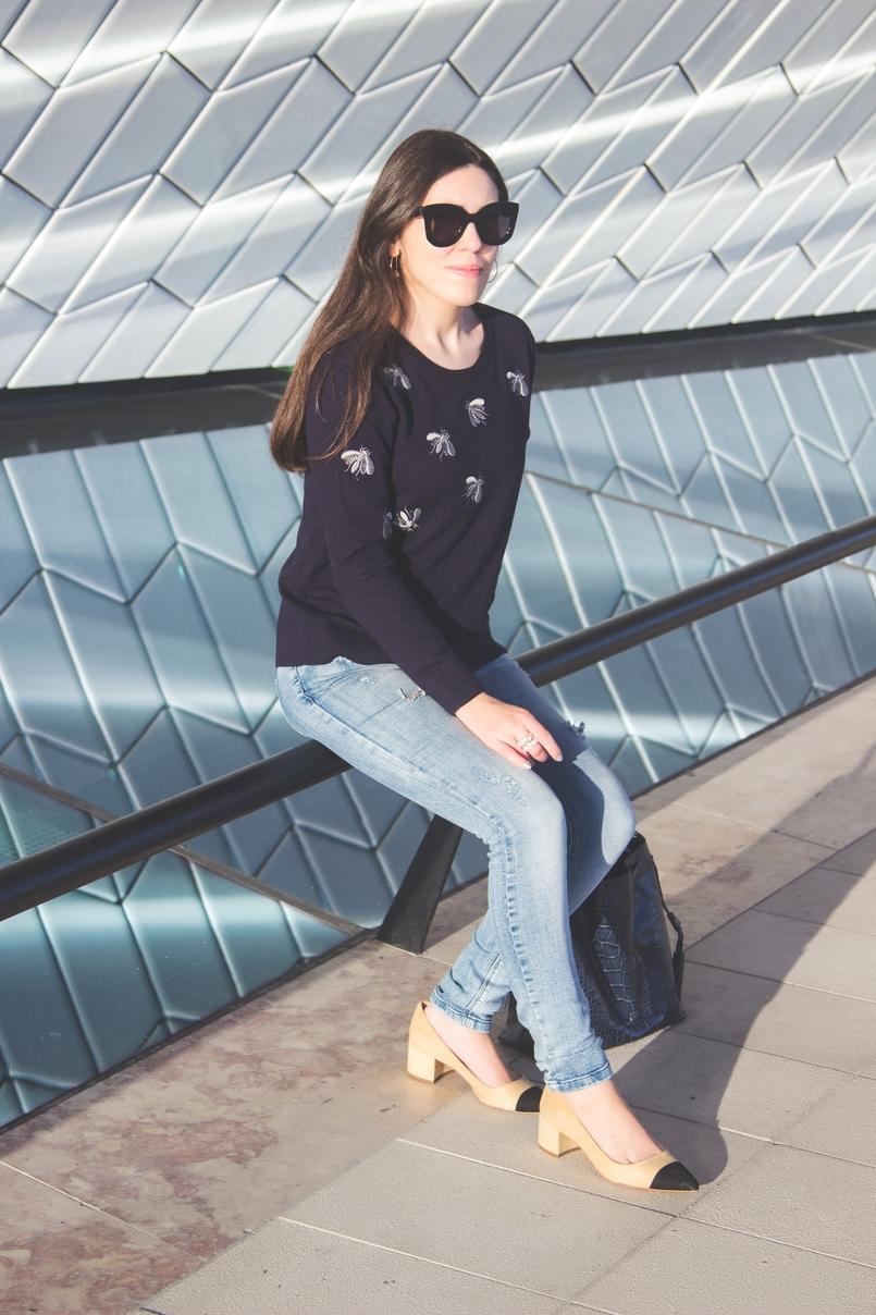 Le Fashionaire MAAT moda inspiracao camisola insetos abelhas azul cinzenta uterque sapatos pretos brancos camurca estilo chanel zara oculos sol pretos massa celine 3293 PT 805x1208