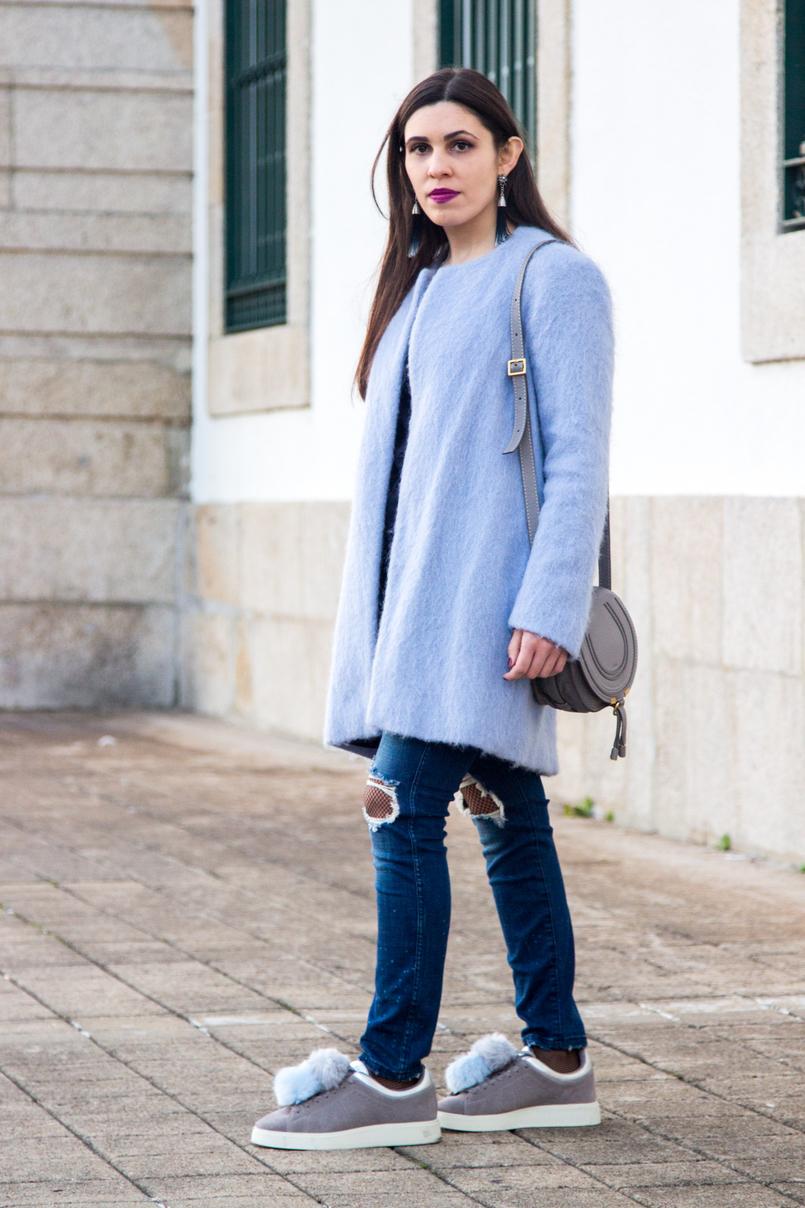 Le Fashionaire O casaco azul moda inspiracao casaco azul claro ceu zara la brincos estrela franjas azuis escuros hm mala mini marcie chloe cinzenta pele 4041 PT 805x1208