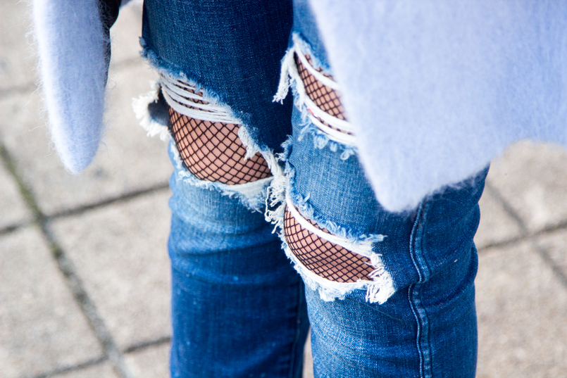 Le Fashionaire O casaco azul moda inspiracao casaco azul claro ceu zara la calcas rasgoes ganga zara meias rede pretas mala mini marcie chloe cinzenta pele 4071 PT 805x537