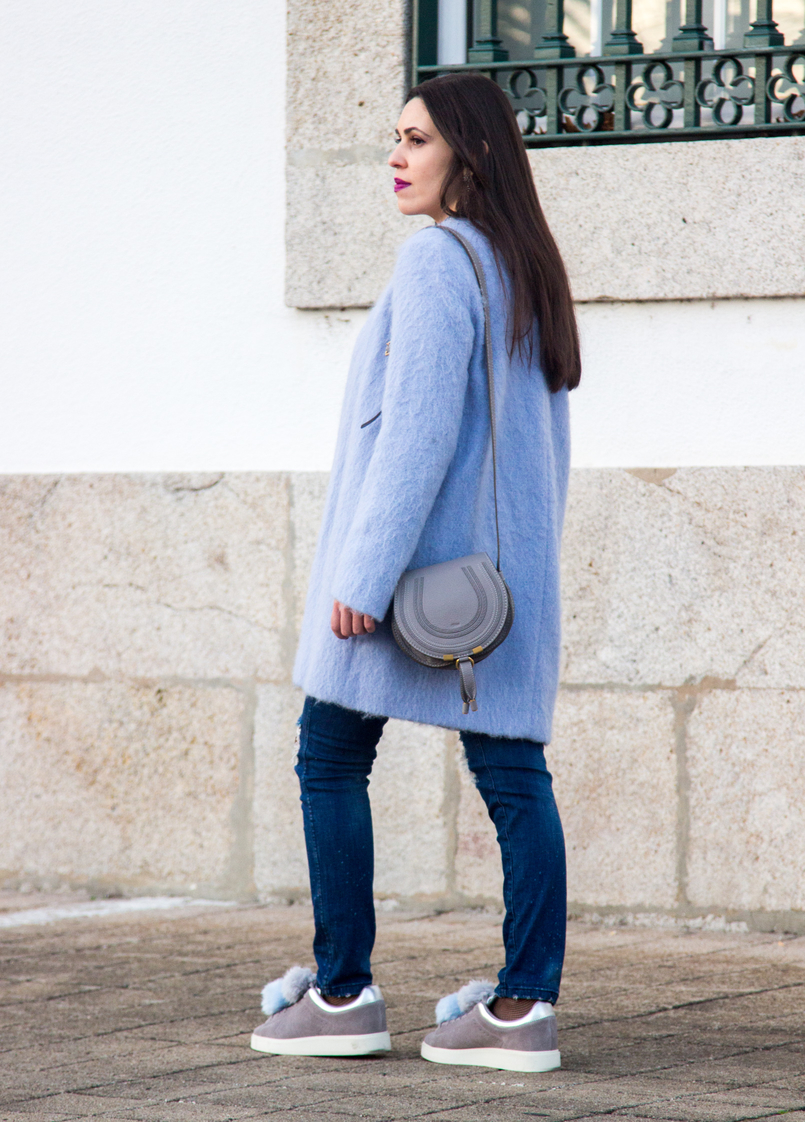 Le Fashionaire O casaco azul moda inspiracao casaco azul claro ceu zara la sapatilhas cinzentas pele pompom azul claro zara mala mini marcie chloe cinzenta pele 4024 PT 805x1122