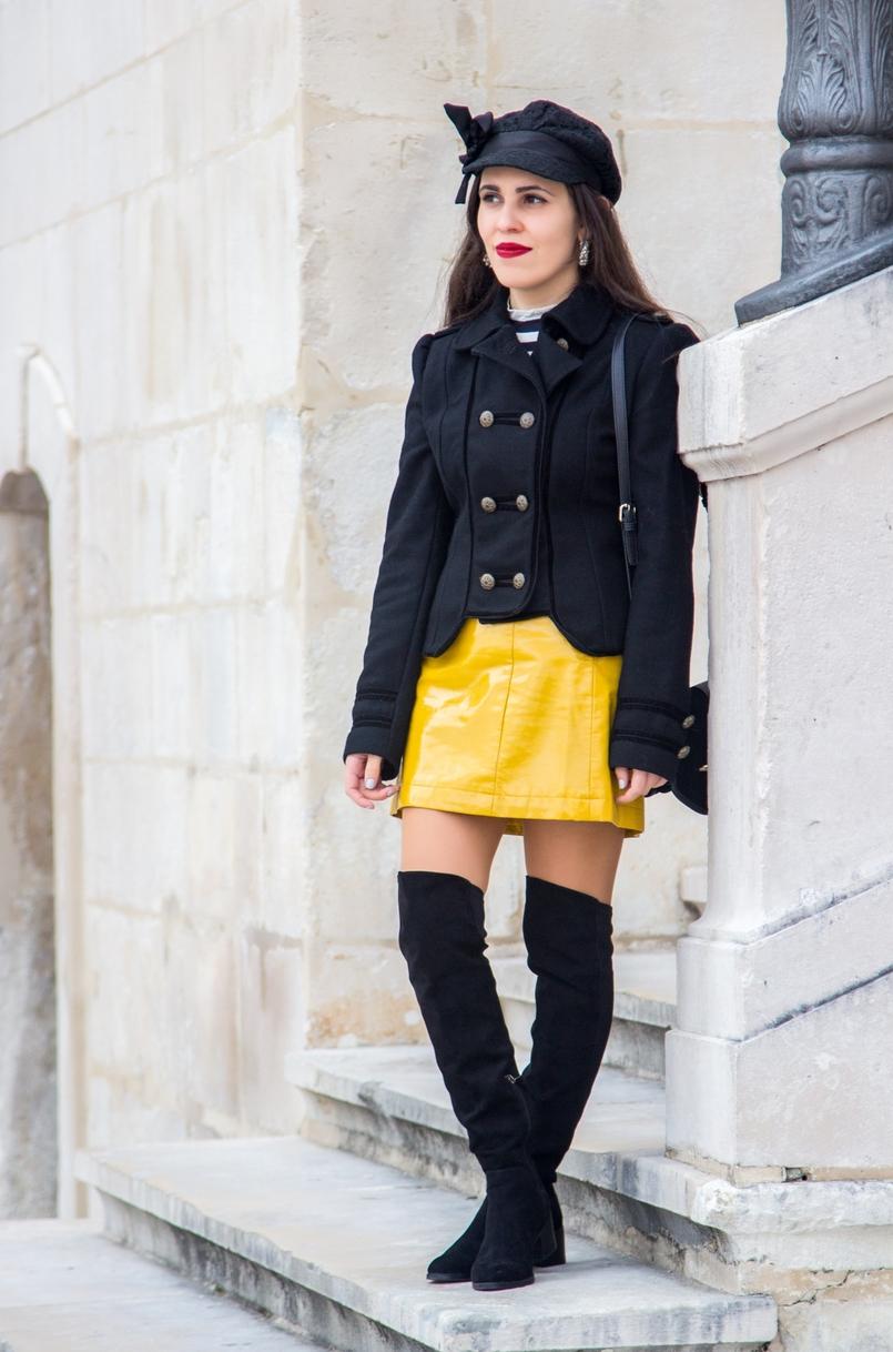Le Fashionaire Tendência: amarelo moda inspiracao saia amarela vinil tendencia sfera casaco preto la militar zara botas acima joelho pretas stradivarius boina preta laco renda claires 0976 PT 805x1218
