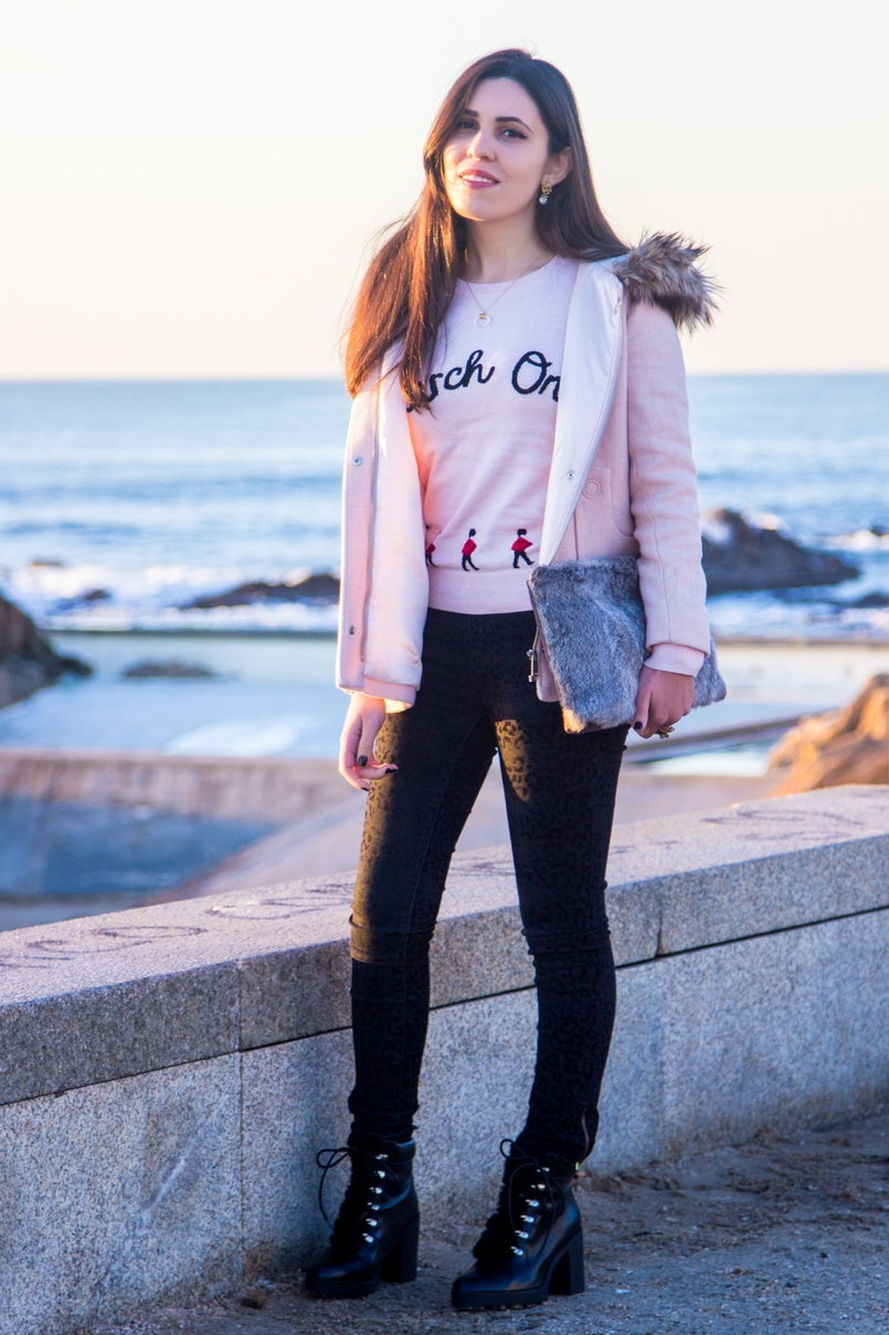 Le Fashionaire Happiness is in the little things pink knit english soldiers march on red ted baker sweater leopard velvet black zara trousers militar black stradivarius faux fur boots beach sea 2671 EN 805x1208