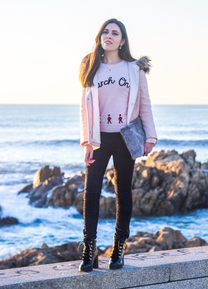 Le Fashionaire Happiness is in the little things pink knit english soldiers march on red ted baker sweater leopard velvet black zara trousers militar black stradivarius faux fur boots beach sea 2677 EN 805x1118