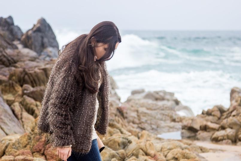 Le Fashionaire 3 máximas para 2017 praia mar blogueira catarine martins moda inspiracao casaco pelos bege cinza 3688 PT 805x537