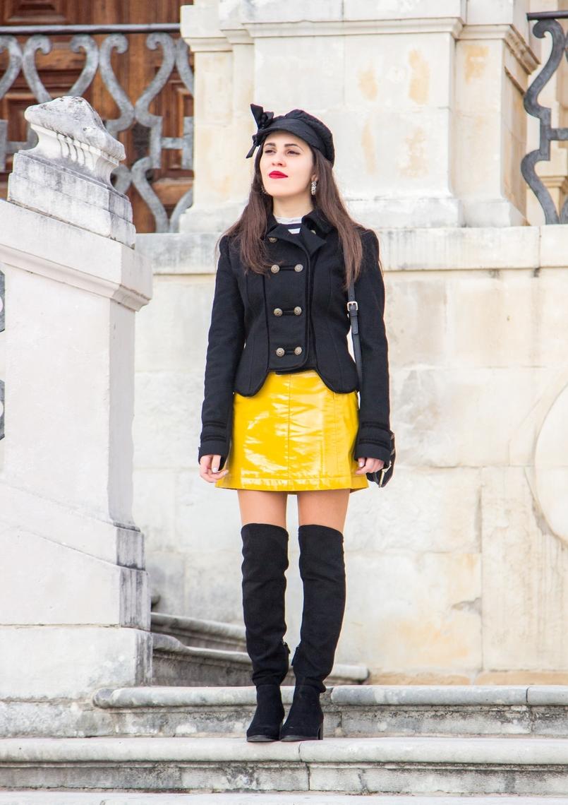 Le Fashionaire Tendência: amarelo saia amarela vinil tendencia sfera casaco preto la militar zara botas acima joelho pretas stradivarius argolas perolas brancas pedra dura 1083 PT 805x1140