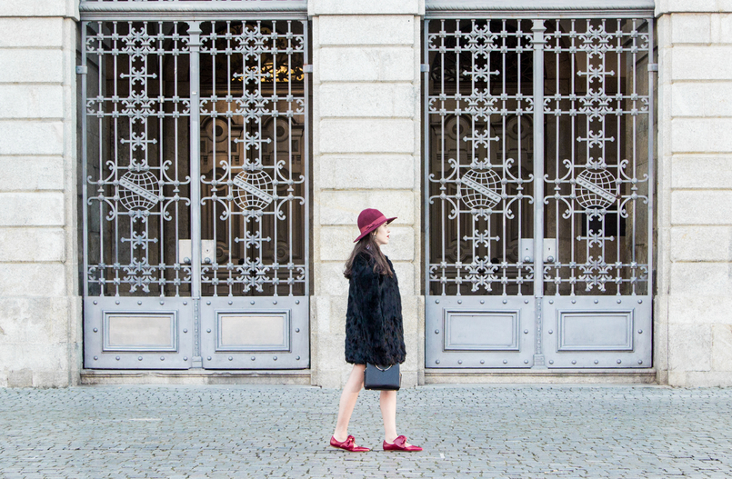 Le Fashionaire Porto, aos folhos sapatos vermelhos pele laco zara chapeu vemelho cor vinho sfera antigo casaco preto pelos tendencia sfera 4403 PT 805x527