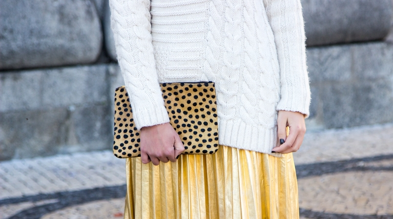 Le Fashionaire Golden Age white wool mango knit sweater gold pleated shein skirt camel black leopard leather sfera clutch 2507F EN 805x450