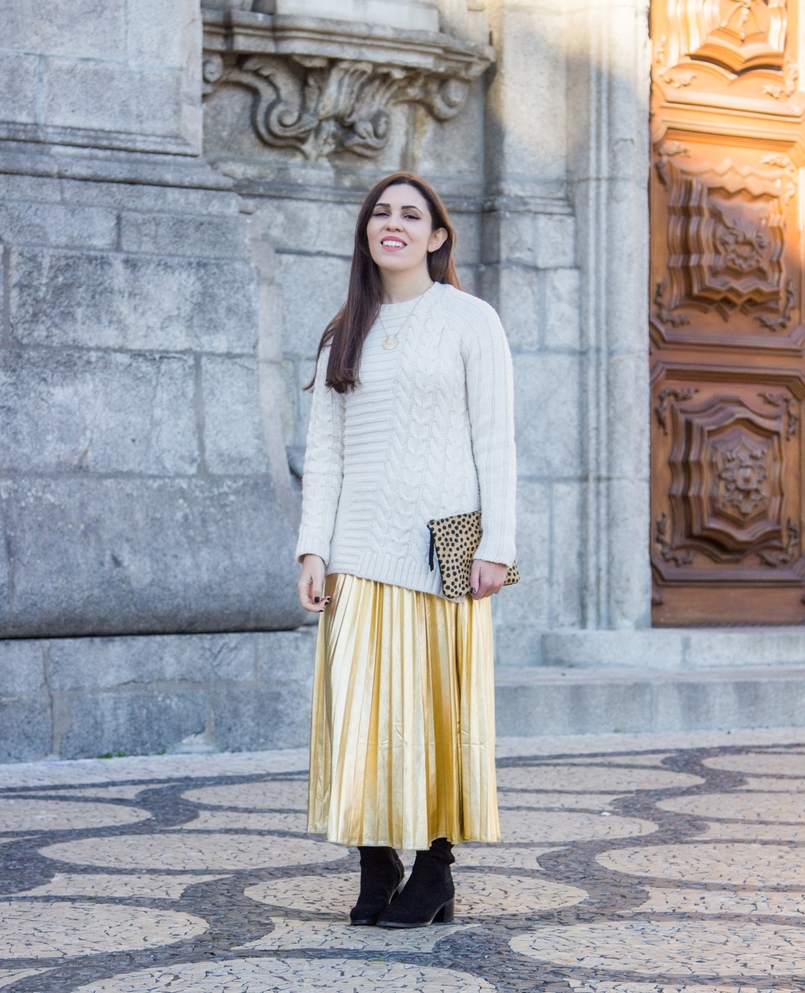Le Fashionaire Golden Age white wool mango knit sweater gold pleated shein skirt over knee black stradivarius boots 2527 EN 805x993