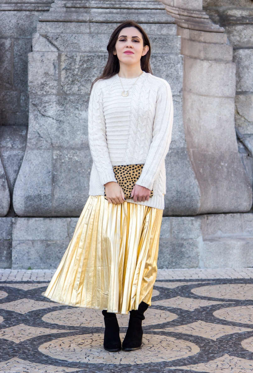 Le Fashionaire Golden Age white wool mango knit sweater half moon gold lefties necklace gold pleated shein skirt camel black leopard leather sfera clutch 2553 EN 805x1186