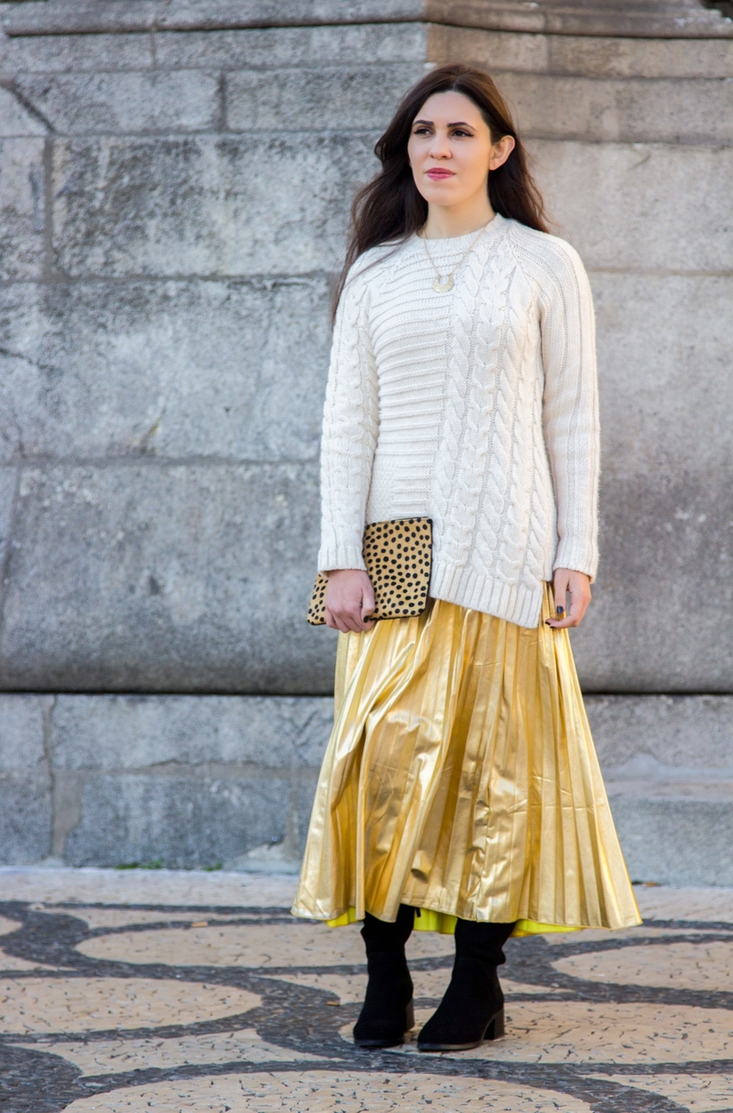 Le Fashionaire Golden Age white wool mango knit sweater half moon gold lefties necklace gold pleated shein skirt over knee black stradivarius boots 2513 EN 805x1222