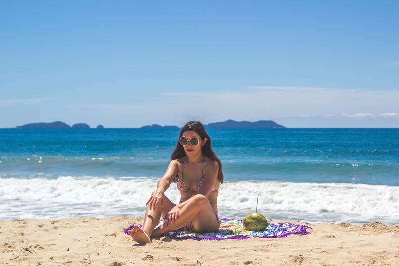 Le Fashionaire Vamos à praia do félix bikini colorido estampa anos 70 pompom laranja lefties oculos sol redondos grandes dourados praia felix ubatuba mar azul verao brasil 6478 PT 805x537
