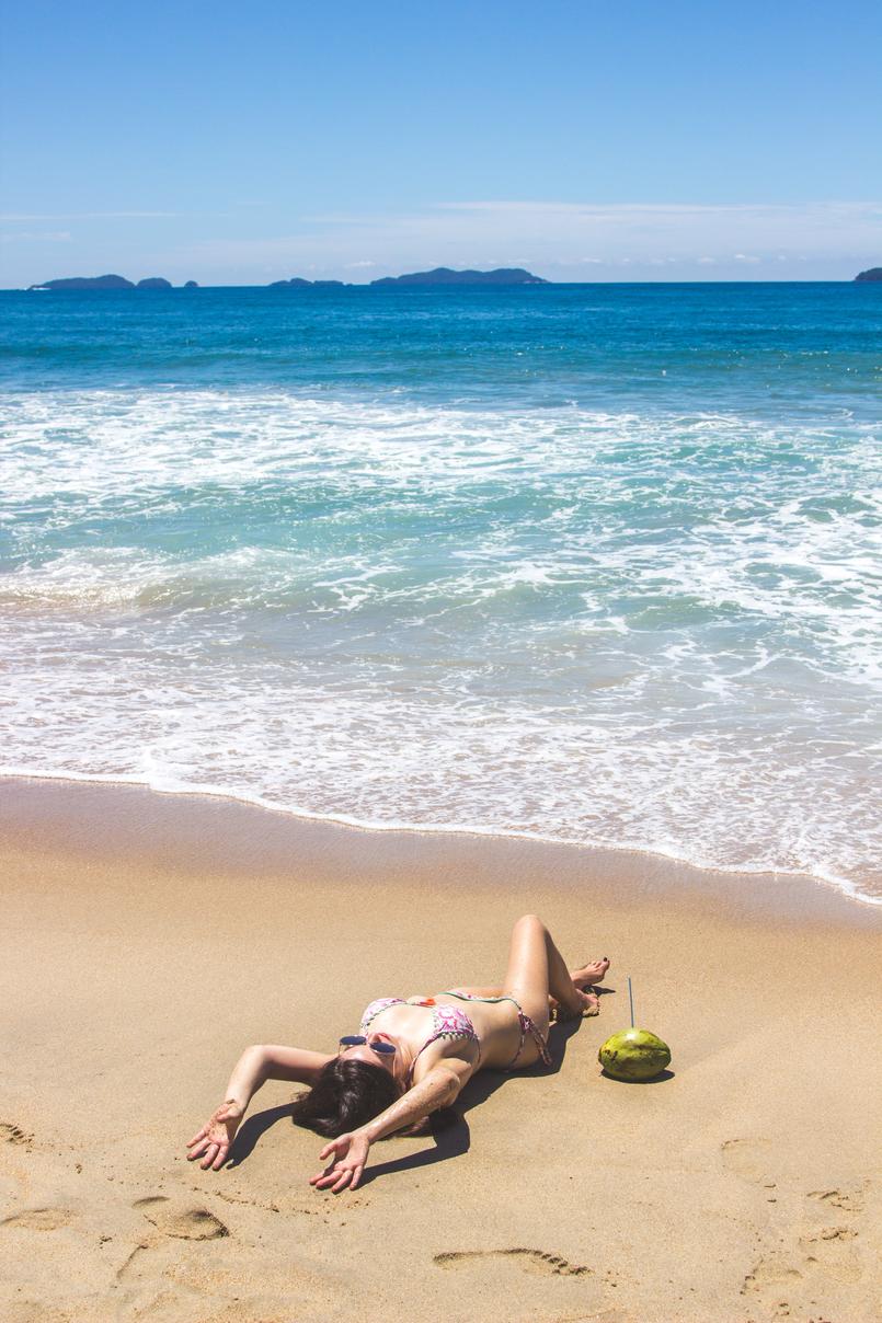 Le Fashionaire Vamos à praia do félix bikini colorido estampa anos 70 pompom laranja lefties oculos sol redondos grandes dourados praia felix ubatuba mar azul verao brasil coco 6499 PT 805x1208