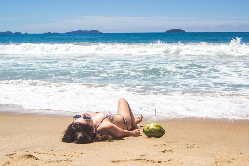 Le Fashionaire Vamos à praia do félix bikini colorido estampa anos 70 pompom laranja lefties oculos sol redondos grandes dourados praia felix ubatuba mar azul verao brasil coco 6508 PT 805x537