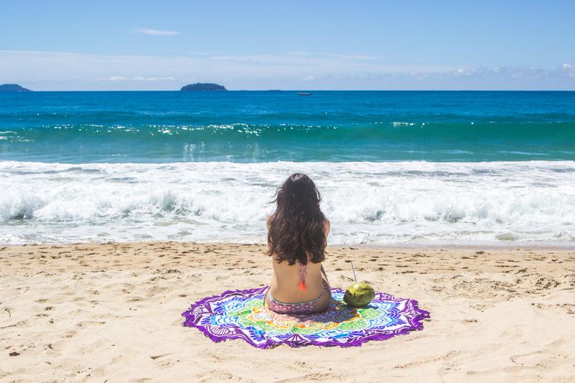 Le Fashionaire Vamos à praia do félix bikini colorido estampa anos 70 pompom laranja lefties toalha redonda mandala colorida praia felix ubatuba mar azul verao brasil coco 6458 PT 805x537