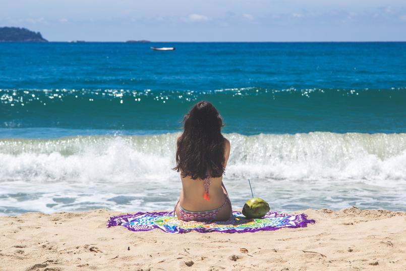 Le Fashionaire Vamos à praia do félix bikini colorido estampa anos 70 pompom laranja lefties toalha redonda mandala colorida praia felix ubatuba mar azul verao brasil coco 6464 PT 805x537