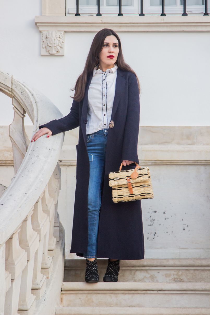 Le Fashionaire On trend: straw basket bag blogger catarine martins dark blue wool outerwear coat mango light denim zara jeans patch black velvet leather zara spikes ankle boots 4629 EN 805x1208