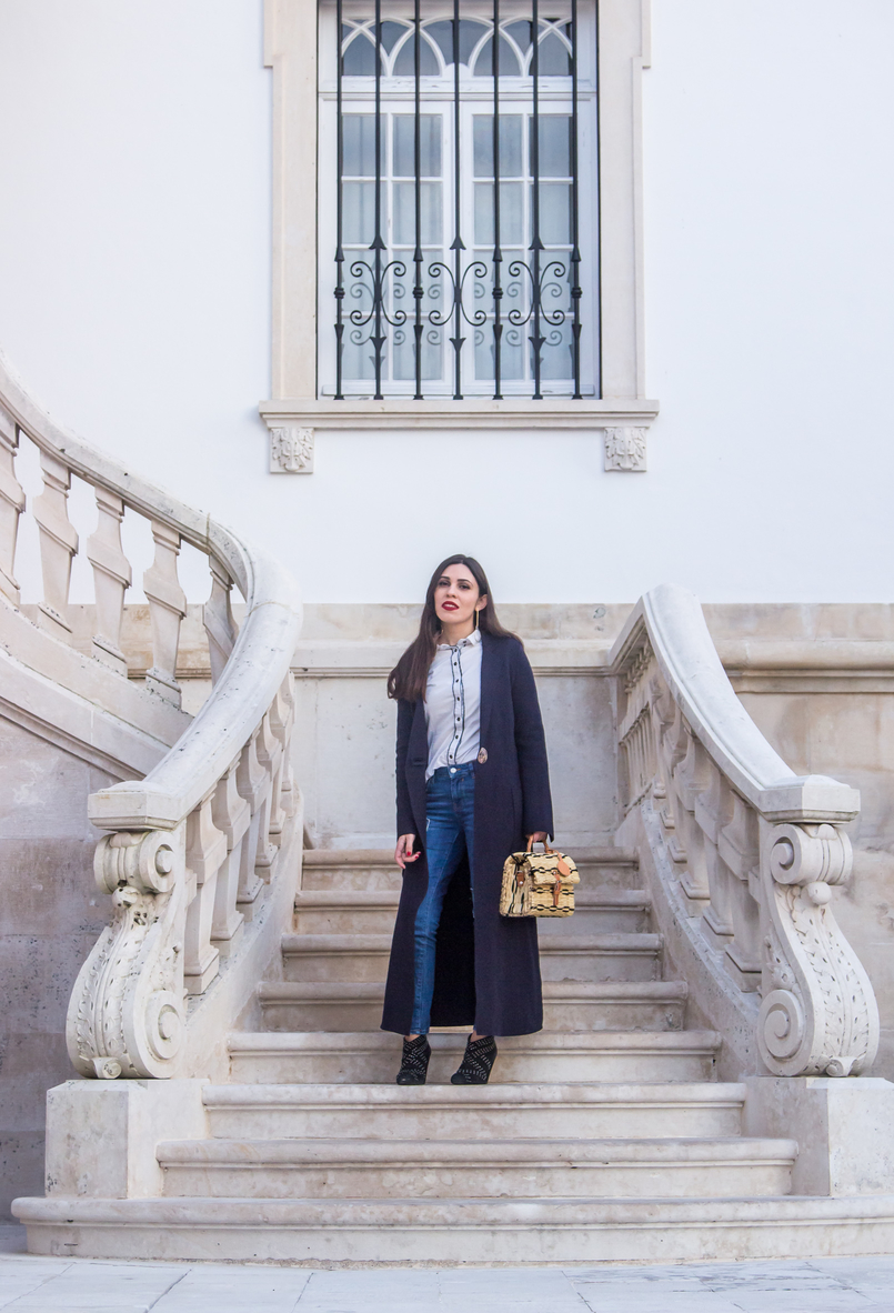 Le Fashionaire On trend: straw basket bag blogger catarine martins dark blue wool outerwear coat mango white shirt black details bershka light denim zara jeans patch 4621 EN 805x1182