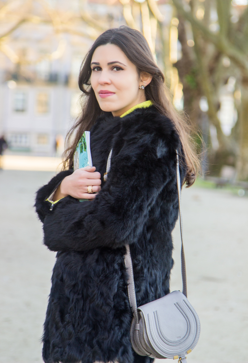 Le Fashionaire Greenery blogger catarine martins fashion inspiration fur black sfera coat white zara trousers mini marcie chloe zara grey bag 4133 EN 805x1174