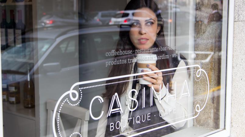 Le Fashionaire Casinha Boutique Cafe blogger catarine martins fashion inspiration white black bow zara victorian shirt black leather like vest casinha boutique cafe 7598F EN 805x450
