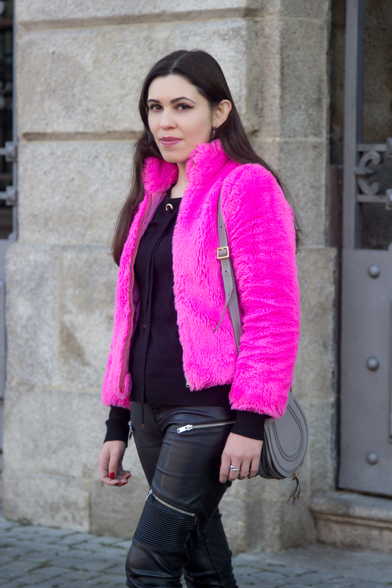 Le Fashionaire Lalaland blogger catarine martins faux fur pink benetton fluffy winter coat wool sweater gold detail chloe grey leather mini marcie bag 4825 EN 805x1208