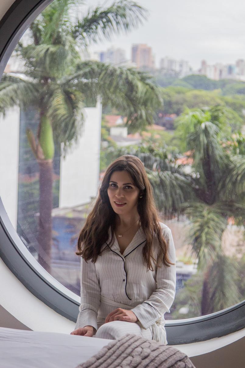 Le Fashionaire Unique Hotel blogger catarine martins round window pinstripes white black pajama mango jumpsuit white necklace stone gold hm hotel unique sao paulo 5885 EN 805x1208