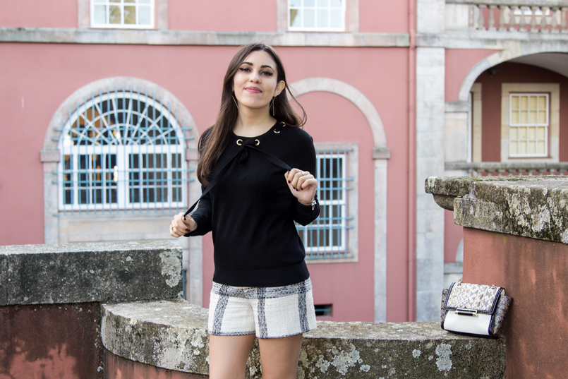 Le Fashionaire Soares dos Reis Museum blogger catarine martins tweed black white zara tartan shorts black wool gold details knit sweater soares reis museum mint beautiful room 8939 EN 805x537