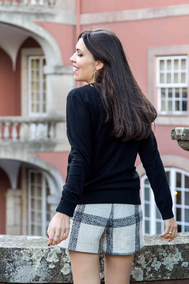 Le Fashionaire Soares dos Reis Museum blogger catarine martins tweed black white zara tartan shorts black wool gold details knit sweater soares reis museum pink building 8943 EN 805x1208