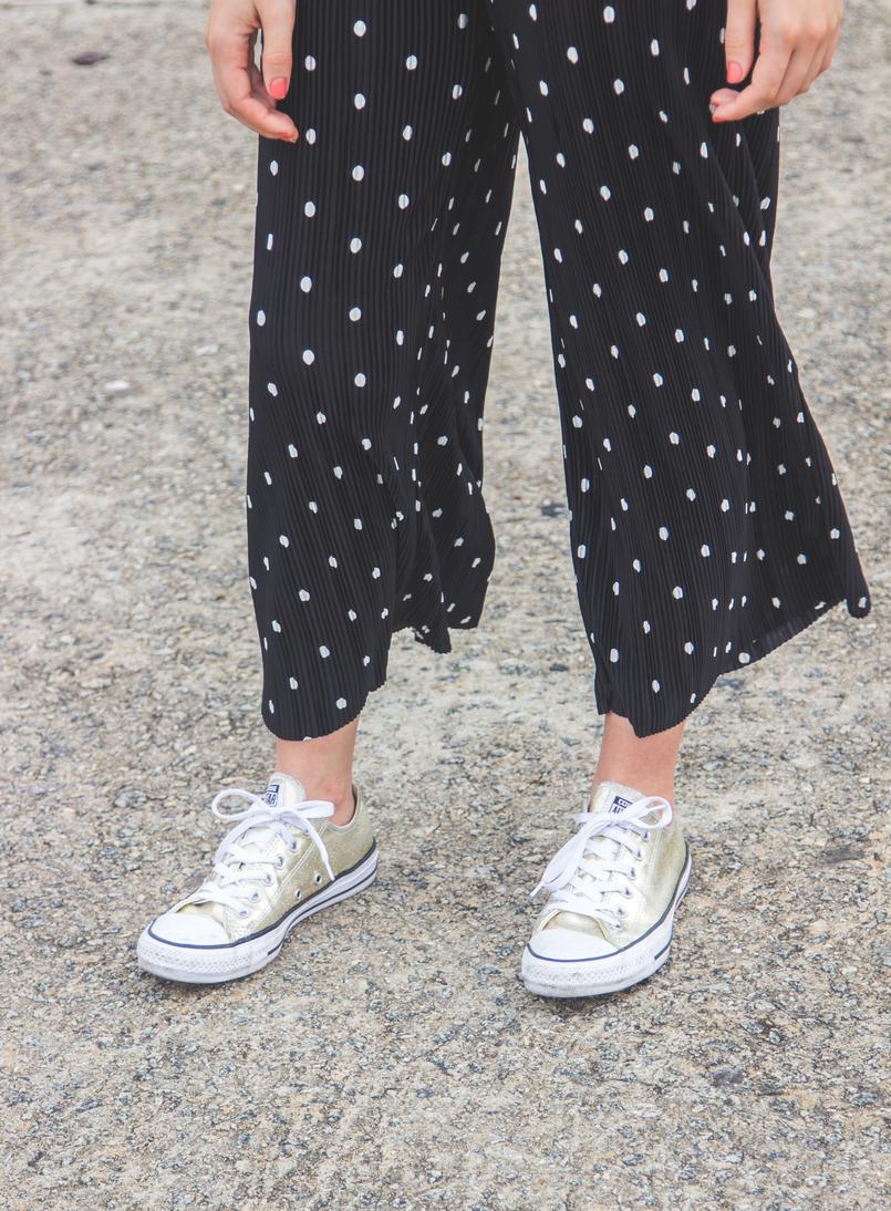 Le Fashionaire Porque é que devemos usar roupa confortável? blogueira catarine martins moda inspiracao calcas largas crepe cropped pretas bolas brancas zara sapatilhas douradas converse all stars 5686 PT 805x1094
