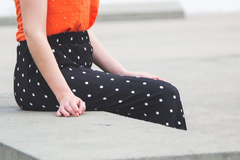 Le Fashionaire Porque é que devemos usar roupa confortável? blogueira catarine martins moda inspiracao top laranja bolinhas douradas cortefiel calcas largas crepe cropped pretas bolas brancas zara 5710 PT 805x537