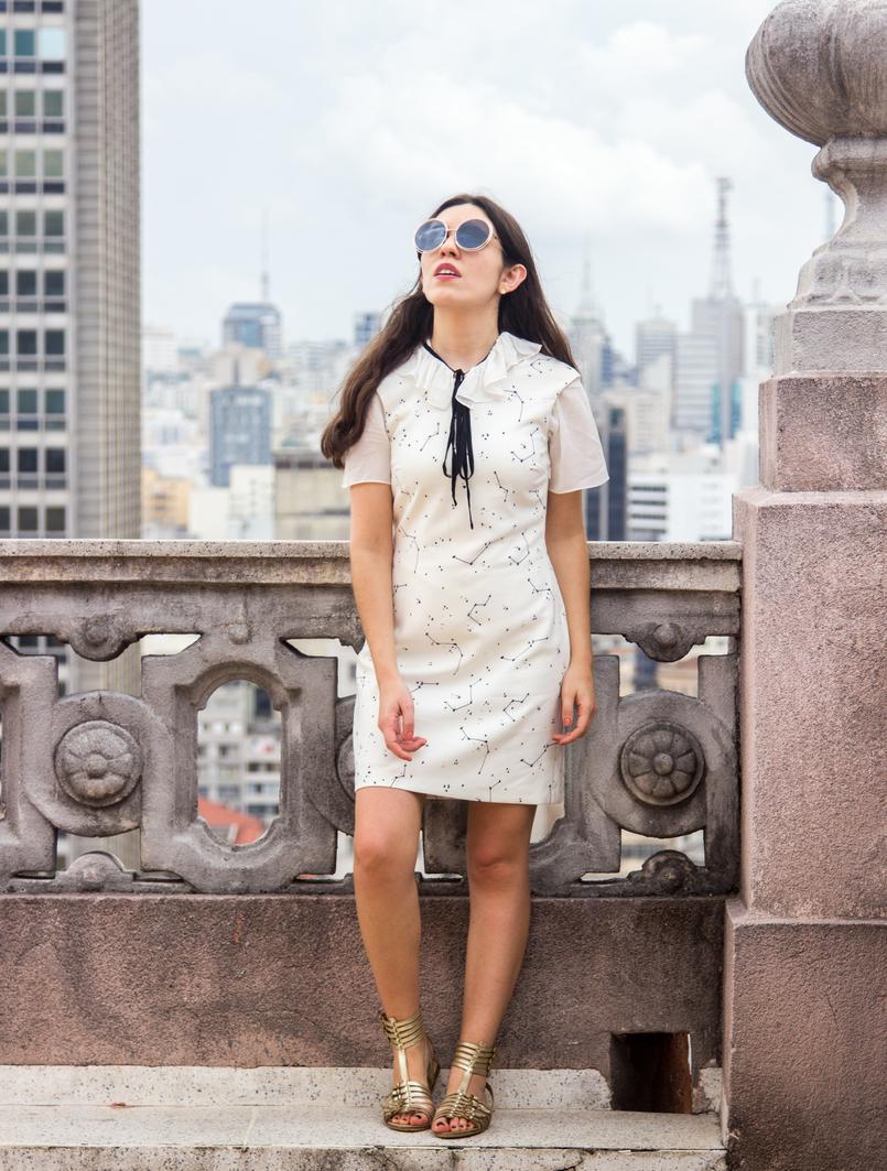 Le Fashionaire De São Paulo, com amor blogueira catarine martins vestido branco estrelas astros branco azul escuro zara camisa manga curta laco branca preta sandalias fivelas douradas zara 5588 PT 805x1063