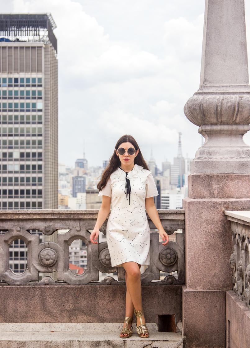 Le Fashionaire De São Paulo, com amor blogueira catarine martins vestido branco estrelas astros branco azul escuro zara camisa manga curta laco branca preta sandalias fivelas douradas zara 5591 PT 805x1121